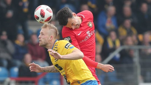 Philipp Hofmann (Eintracht Braunschweig) im Luftduell gegen Großaspachs Julian Leist.