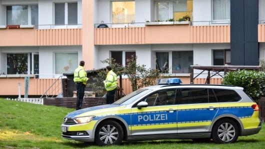 Polizeibeamte stehen nach dem Einsatz am Ort des Geschehens.