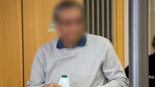 Der Angeklagte kommt in den Gerichtssaal im Landgericht Braunschweig.