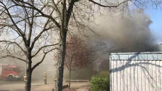 Niedersachsen: Rauch steigt auf bei einem Brand einer Grundschule in Celle.