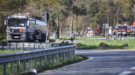 Gefahrgut-Einsatz auf der B4: Die Feuerwehr war über Stunden im Einsatz - die Fahrbahn Richtung Gifhorn war ebensolange gesperrt.