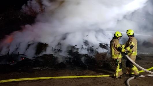Das Osterfeuer in Bahrdorf brannte fast komplett ab.