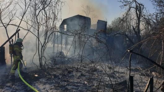 Die massiv gebaute Gartenlaube brannte komplett aus - die Löscharbeiten gestalteten sich schwierig.