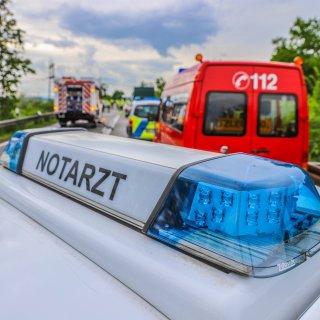 Nach dem Unfall eines mit rund 50 Schülern besetzten Reisebusses nahe Weimar haben die meisten Verletzten das Krankenhaus wieder verlassen. Die betroffene Schülergruppe kam aus Hildesheim. (Symbolbild)