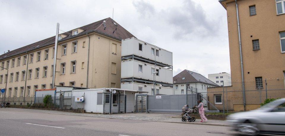 Blick auf das Flüchtlingsheim, in dem am Samstagmorgen eine Frau tot aufgefunden wurde.
