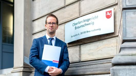 Klaus Müller, Vorstand des Verbraucherzentrale Bundesverband, steht vor dem Oberlandesgericht Braunschweig.