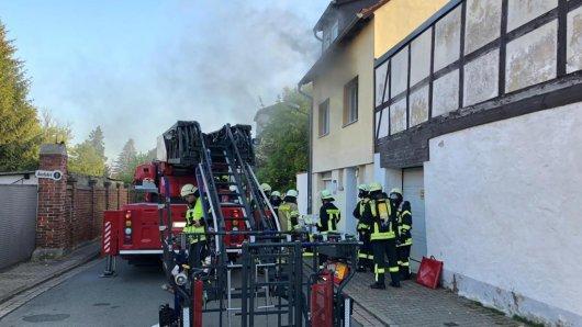 In Königslutter sind schlafende Mieter in einem Mehrfamilienhaus von einem Brand überrascht worden.