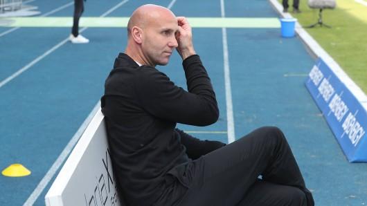 Eintracht Braunschweig-Coach André Schubert brauchte nach dem Saisonfinale gegen Cottbus erstmal ein paar Minuten für sich.