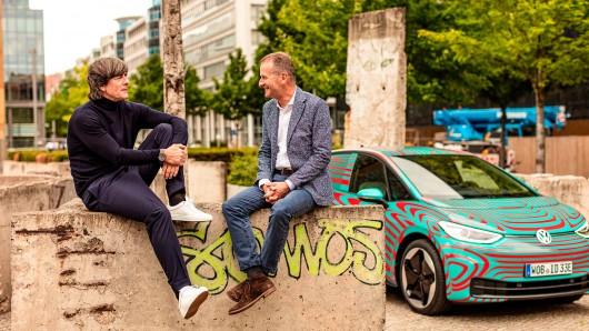 Joachim Löw und VW-Chef Herbert Diess gönnen sich ein Päuschen in Berlin.