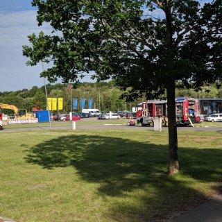 Im Einsatz waren sechs Fahrzeuge der Feuerwehr Helmstedt, ein Rettungswagen sowie die Polizei.