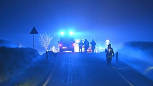 Ein Motorradfahrer ist auf einer Landstraße bei Meine (Landkreis Gifhorn) nach einem Sturz mit einem Auto kollidiert und tödlich verletzt worden. (Symbolbild)