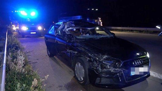 Das Auto ist nach dem Unfall auf der A2 in Richtung Braunschweig nur noch ein Wrack.