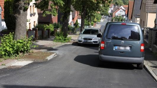 In der Bergstraße in Salzgitter ist es neuerdings extrem eng. Viele Autofahrer sind davon genervt.