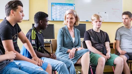 ARD-Journalistin Gabi Bauer spricht während einer Unterrichtsstunde über das Schulprojekt Lebensplan in der Albrecht-Dürer-Schule Förderzentrum in Hannover.