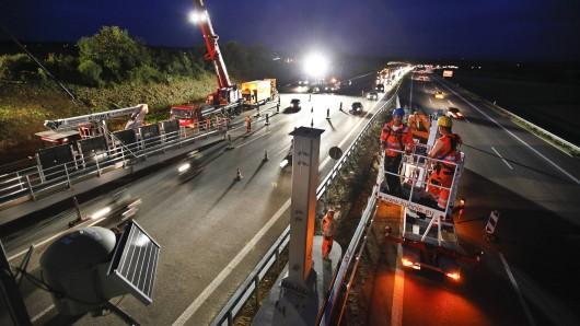 An der A39 wird eine Verkehrszeichenbrücke montiert. Daher wird die Autobahn eine Nacht lang gesperrt (Symbolbild).