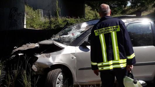 Das Auto des Mannes wurde völlig zerstört.