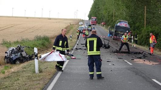 Den Rettern und Zeugen bot sich nach dem Unfall bei Wanzleben ein schreckliches Bild.