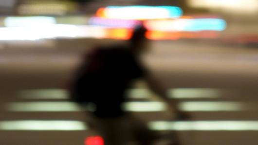 Ein Radfahrer hat in Wolfsburg eine 18-Jährige sexuell belästigt. Offenbar war es nicht der erste Fall dieser Art. (Symbolbild)