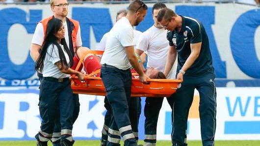 Jasmin Fejzic wird verletzt vom Feld getragen.