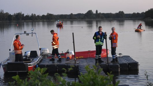 Zahlreiche Rettungskräfte der DLRG, Feuerwehr und Polizei suchten den Tankumsee am Dienstagabend ab.