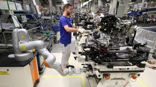 Mensch und Roboter arbeiten bei VW in Wolfsburg Hand in Hand (Archivbild).
