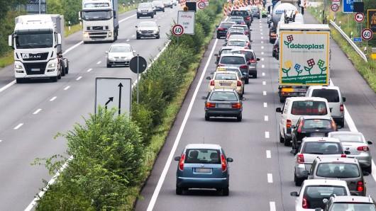 Autos stauen sich vor dem Lindenbergtunnel auf der A39 in Braunschweig (Archivbild).