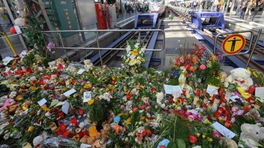 Während Trauernde ihre Betroffenheit mit Blumen und Kerzen zum Ausdruck bringen, hauen Politiker schon fleißig in die Tasten.