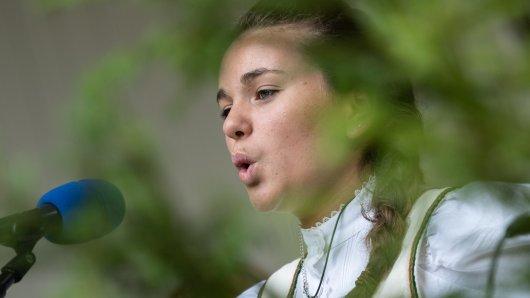 Die Teilnehmerin Lilly Ruppelt aus St. Andreasberg gewinnt beim Jodlerwettstreit im Harz in ihrer Altersklasse. Der Jodlerwettstreit ist einer von drei musikalischen Wettkämpfen, die alljährlich im Harz ausgetragen werden. Er gilt als wichtiger Bestandteil in der Fortführung einer Jahrhunderte alten Volkslied-Tradition.