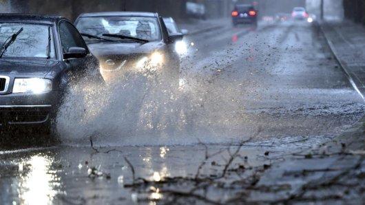 Auf der überfluteten A2 in Niedersachsen verunglückte ein junger Motorradfahrer am Montagabend schwer. (Symbolbild)