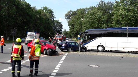 Bei einem Unfall mit einem Reisebus ist ein Mann aus Wolfsburg schwer verletzt worden.