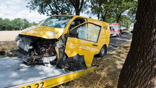 Ein Fahrzeug der Deutschen Post wird auf einer Landstraße im Landkreis Gifhorn abgeschleppt, nachdem das Fahrzeug am Morgen in einer Kurve vor einen Baum gekracht war.