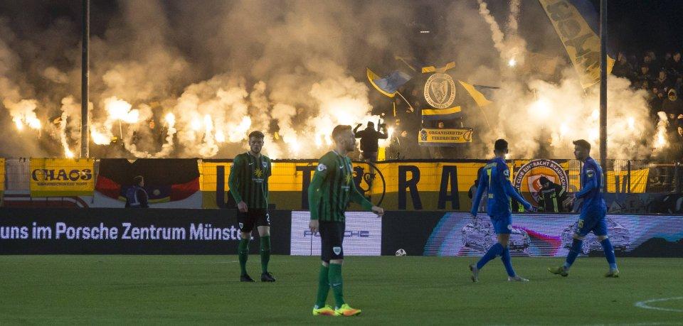 Anhänger von Eintracht Braunschweig zünden beim Spiel in Münster rund 30 Pyrofackeln.