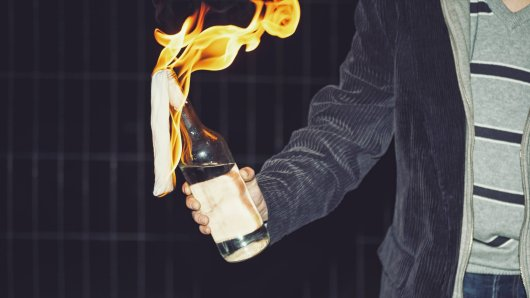 Ein Streit zwischen zwei Autofahrern ist eskaliert, der Beschuldigte soll einen brennenden Molotow-Cocktail auf das Opfer geworfen haben. (Symbolbild)