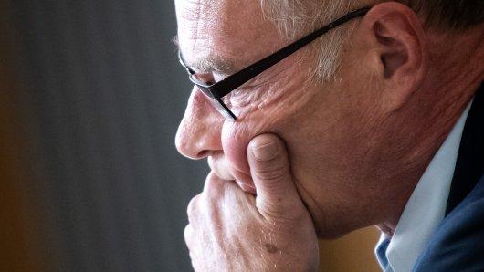 Hans-Ulrich Podehl, ehemaliger Wolfsburger Polizeichef, sitzt vor Prozessbeginn im Gerichtssaal.