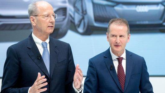 Herbert Diess (r), Vorstandsvorsitzender der Volkswagen AG, und Hans Dieter Pötsch, Vorsitzender des Aufsichtsrats der Volkswagen AG.