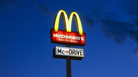 An einem McDonalds-Schalter bei Seesen ist ein Mann von einem Unbekannten geschlagen worden. (Symbolbild)