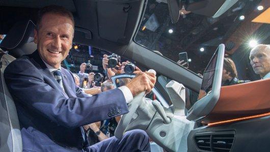 VW-Chef Herbert Diess sitzt am Steuer eines ID3. Er hat mit dem Volkswagen-Konzern große Pläne.