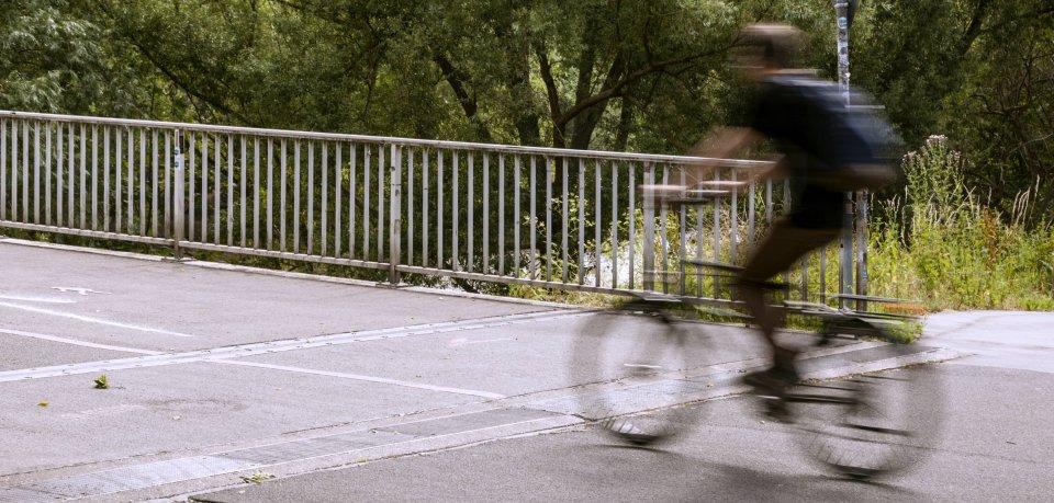 In Salzgitter hat ein Mann eine Beifahrertür geöffnet – ein junger Fahrradfahrer krachte dagegen und verletzte sich. Das Auto fuhr aber einfach weiter. (Symbolbild)