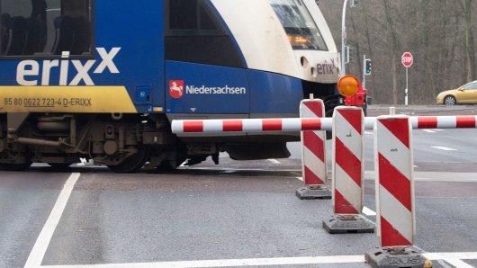 Die Deutsche Bahn lässt Lokführer des Erixx vor einem geschlossenen Bahnübergang im Landkreis Gifhorn hupen. (Symbolbild)