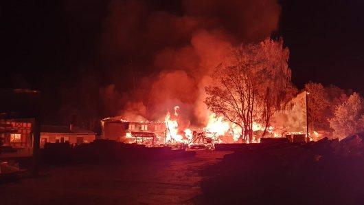 Ein Großbrand hat in der vergangenen Nacht die Feuerwehren in Flechtingen in Atem gehalten.