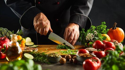 """Der Restaurantführers """"Gault & Millau"""" hat wieder die besten Köche Deutschlands ausgezeichnet. Drei Köche aus unserer Region mischen oben mit. Einer davon ragt heraus."""