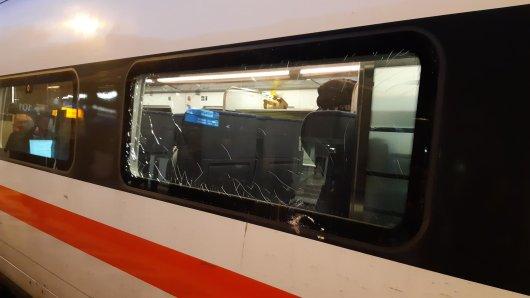 Ein Fenster eines ICE der Deutschen Bahn ist nach einem Steinwurf auf den mit 200 Kilometern pro Stunde fahrenden Zug beschädigt.