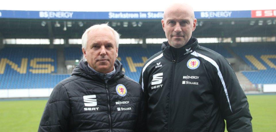 Sportdirektor Peter Vollmann (links) stellte am Montag Marco Antwerpen als neuen Trainer von Eintracht Braunschweig vor.