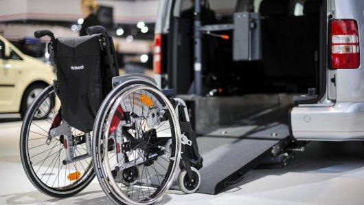 In Braunschweig ist ein Porsche mit einem Behinderten-Taxi kollidiert. (Symbolbild)