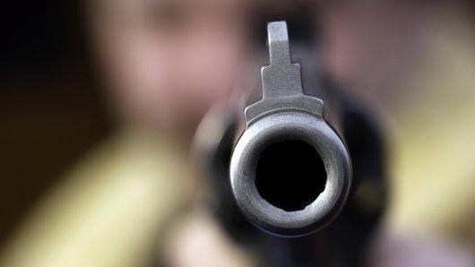 Schock im Kreis Wolfenbüttel. Erst hat ein Mann mehrere Personen mit einer Waffe bedroht. Dann hat er geschossen. (Symbolbild)