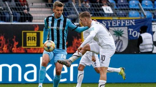 Martin Kobylanski von Eintracht Braunschweig im Duell mit Mannheims Maurice Deville.