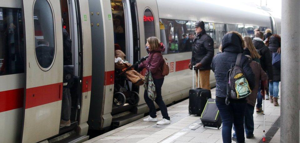 Reisende in Braunschweig können sich freuen. Am Hauptbahnhof halten künftig noch mehr ICE- und IC-Züge der Deutschen Bahn. (Symbolbild)