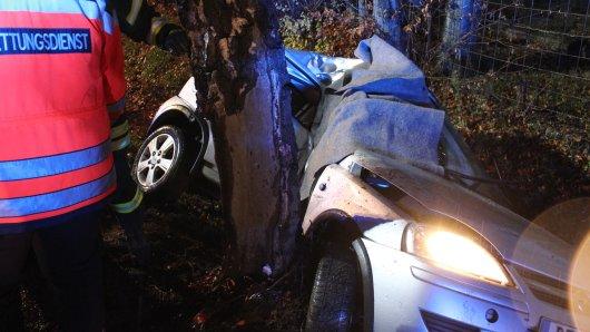 Der Wagen kam von der nassen Fahrbahn ab und prallte gegen den Baum in Landkreis Peine.
