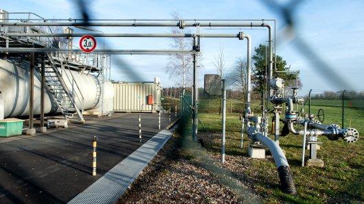 Ein Zaun schützt eine Erdgasförderanlage bei Verden in Niedersachsen. Die Erdgas- und Erdölförderung soll zuletzt kleinere Erdbeben ausgelöst haben. (Symbolbild)