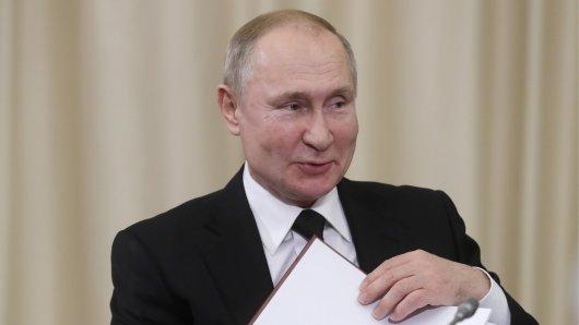 Ja, auch Russlands Präsident Wladimir Putin hat Humor, sorgte in Paris unfreiwillig für Lacher.